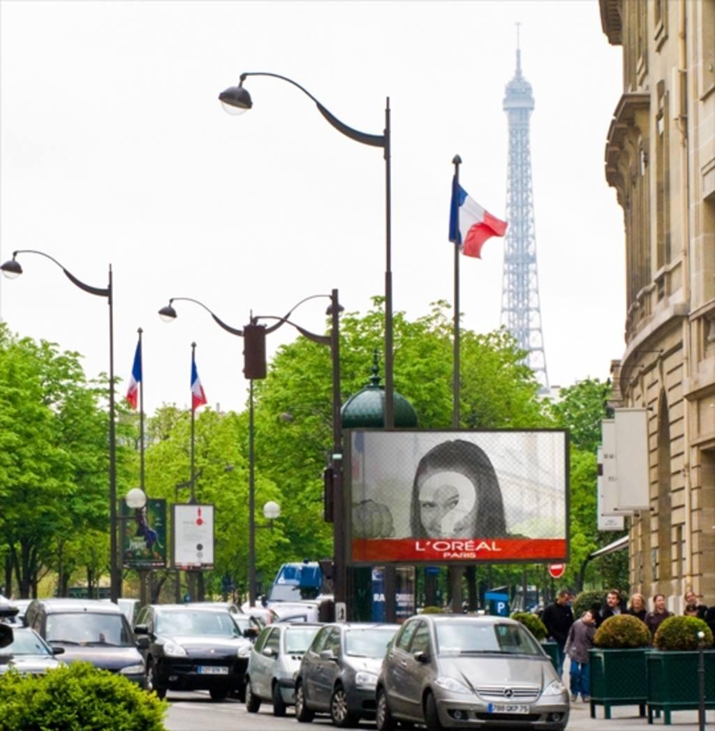 Montaje de fotos en un cartel publicitario de París con la Torre Eiffel de fondo y varias banderas de Francia
